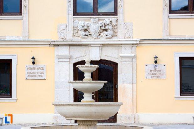 fantana-arteziana-de-la-palatul-apor-azi-universitatea-1-decembrie-rectorat-din-alba-iulia-judetul-arges.jpg