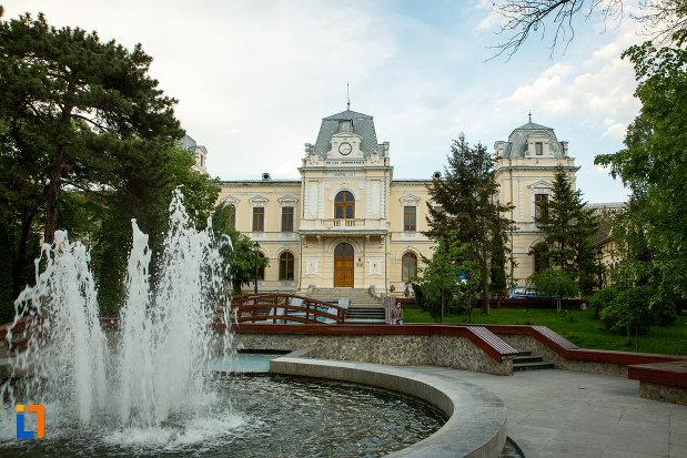 fantana-arteziana-langa-muzeul-judeean-olt-din-slatina.jpg
