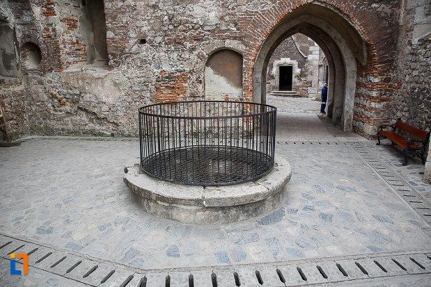 fantana-din-castelul-corvinilor-azi-muzeu-din-hunedoara-judetul-hunedoara.jpg