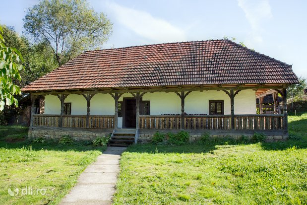 fatada-casei-osenesti-muzeul-satului-osenesc-din-negresti-oas-judetul-satu-mare.jpg