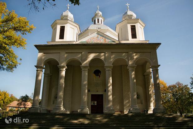 fatada-de-la-ansamblul-biserica-adormirii-maicii-domnului-din-sisesti-judetul-maramures.jpg
