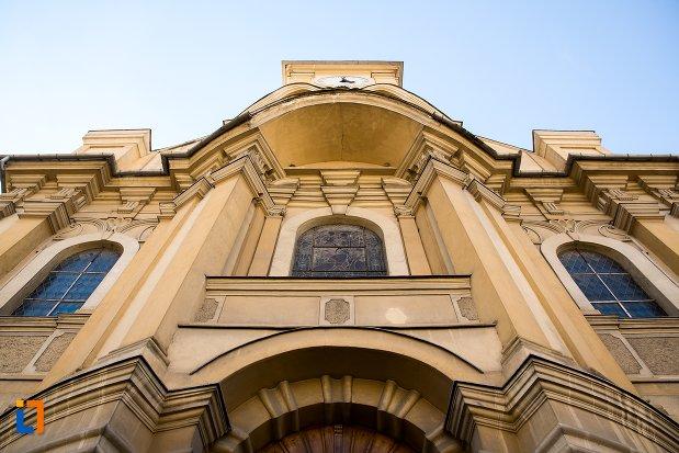 fatada-de-la-biserica-romano-catolica-din-brasov-judetul-brasov.jpg