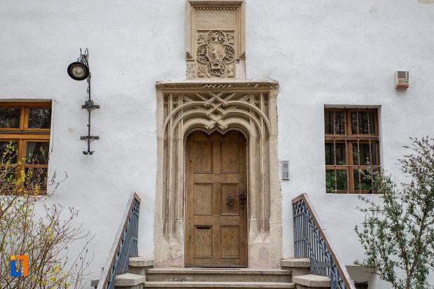 fatada-de-la-casa-cu-fragment-din-capela-gotica-din-sibiu-judetul-sibiu.jpg