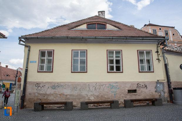 fatada-de-la-casa-cu-fragment-din-capela-gotica-sf-stefan-din-sibiu-judetul-sibiu.jpg