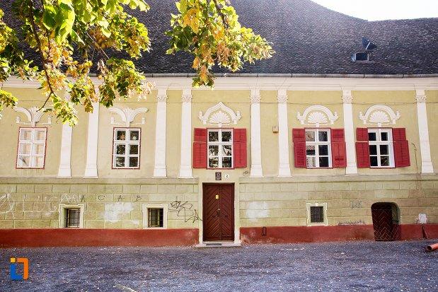 fatada-de-la-casa-parohiala-evanghelica-a-parohiei-biserica-neagra-din-brasov-judetul-brasov.jpg