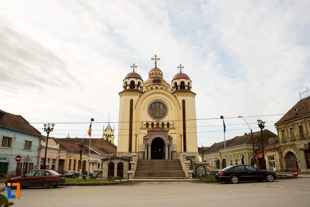 fatada-de-la-catedrala-ortodoxa-sfintii-trei-ierarhi-din-aiud-judetul-alba.jpg