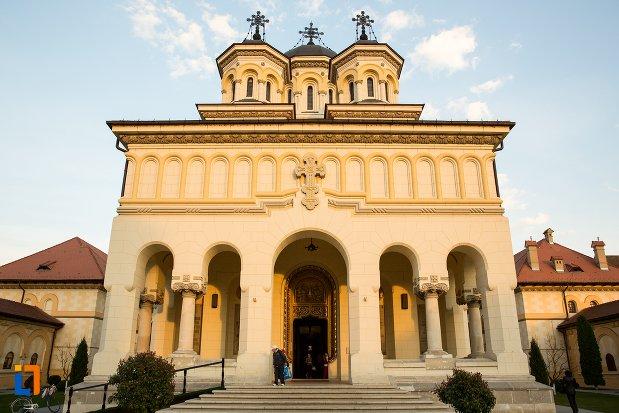 fatada-de-la-catedrala-reintregirii-din-alba-iulia-judetul-alba.jpg