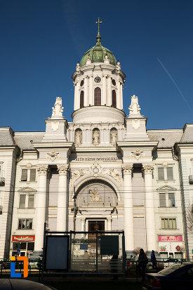 fatada-de-la-catedrala-romano-catolica-din-arad-judetul-arad.jpg