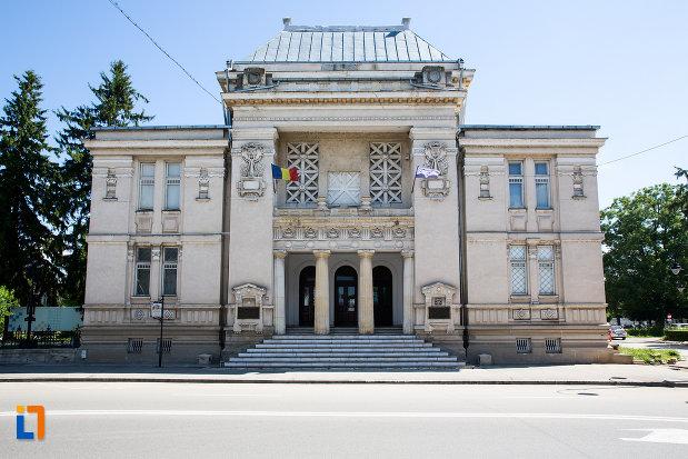 fatada-de-la-muzeul-de-istorie-din-targoviste-judetul-dambovita.jpg