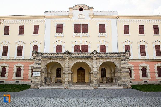 fatada-de-la-muzeul-national-al-unirii-din-alba-iulia-judetul-alba.jpg