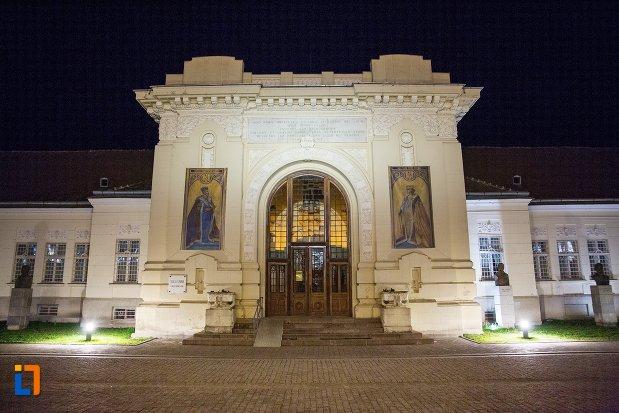 fatada-de-la-sala-unirii-1-decembrie-1918-din-alba-iulia-judetul-alba-vazuta-noaptea.jpg