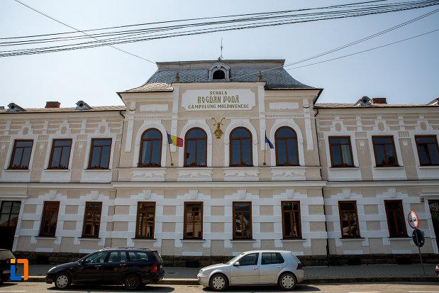 fatada-de-la-scoala-bogdan-voda-din-campulung-moldovenesc-judetul-suceava.jpg