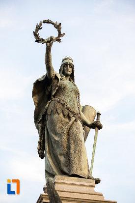 femeie-de-pe-monumentul-libertatii-din-arad-judetul-arad.jpg