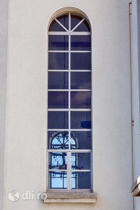 fereastra-biserica-reformata-din-orasul-nou-judetul-satu-mare.jpg