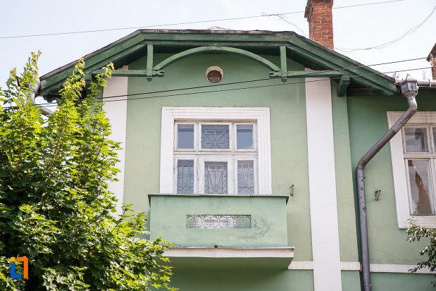 fereastra-cu-balcon-de-la-muzeul-de-stiintele-naturii-si-cinegenetica-din-vatra-dornei-judetul-suceava.jpg