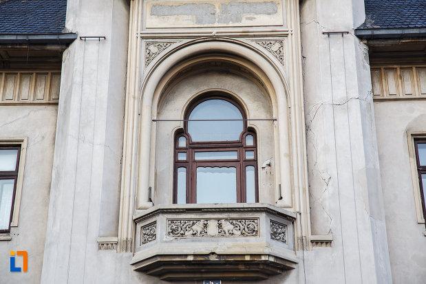 fereastra-cu-balcon-de-la-tribunalul-prahova-din-ploiesti-judetul-prahova.jpg