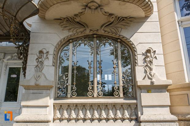 fereastra-cu-fier-forjat-casa-ghita-stoenescu-1885-azi-clinica-din-ploiesti-judetul-prahova.jpg