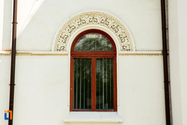 fereastra-cu-motive-decorative-camin-de-ucenici-al-cooperatiei-mestesugaresti-azi-primaria-din-targu-jiu-judetul-gorj.jpg