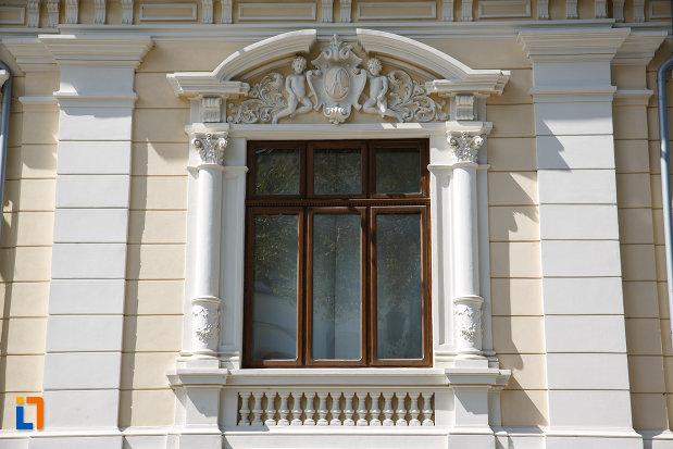 fereastra-cu-motive-decorative-casa-avramide-muzeul-de-stiintele-naturii-delta-dunarii-din-tulcea-judetul-tulcea.jpg