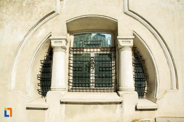 fereastra-de-la-banca-nationala-a-romaniei-din-slatina-judetul-olt.jpg