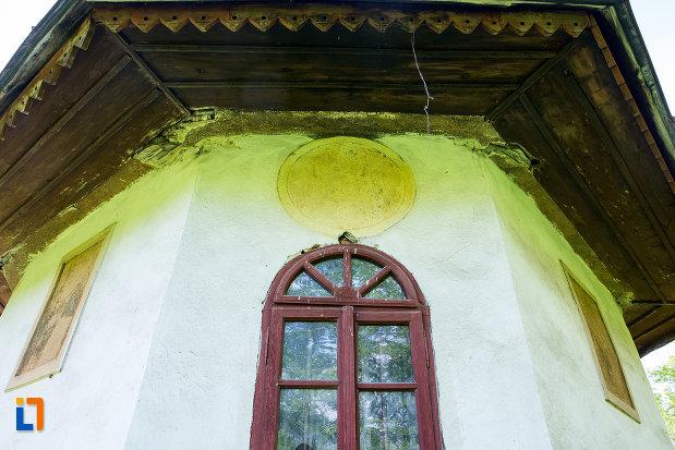 fereastra-de-la-biserica-adormirea-maicii-domnului-din-lupoita-judetul-gorj.jpg