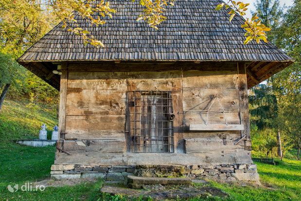 fereastra-de-la-biserica-de-lemn-sf-arhangheli-din-manastirea-judetul-maramures.jpg