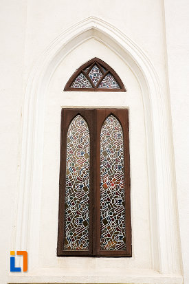 fereastra-de-la-biserica-sf-nicolae-buna-vestire-din-campulung-muscel-judetul-arges.jpg