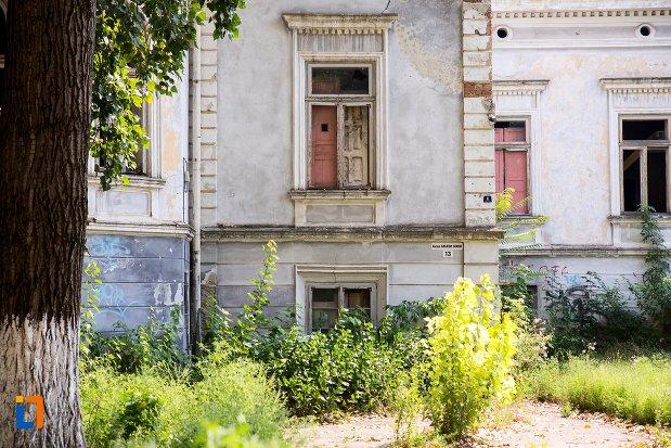 fereastra-de-la-casa-aleea-maxim-gorki-nr-13-din-botosani-judetul-botosani.jpg
