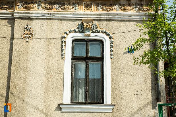 fereastra-de-la-casa-brancusi-rozalia-din-drobeta-turnu-severin-judetul-mehedinti.jpg