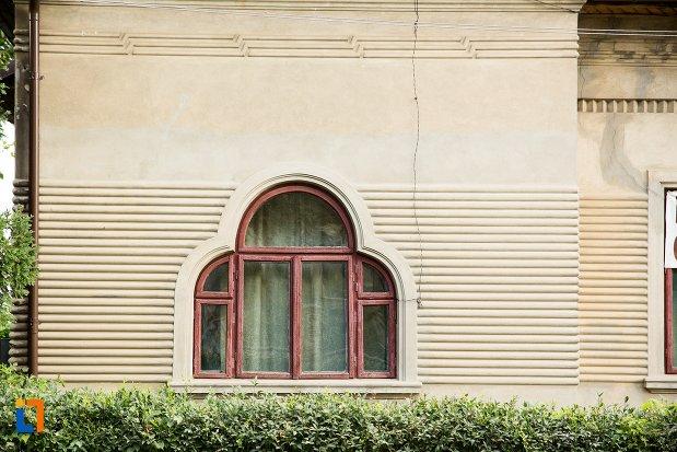 fereastra-de-la-casa-ciopec-din-dorohoi-judetul-botosani.jpg