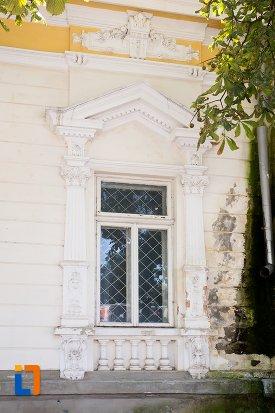 fereastra-de-la-casa-de-pe-aleea-unirii-nr-9-din-botosani-judetul-botosani.jpg