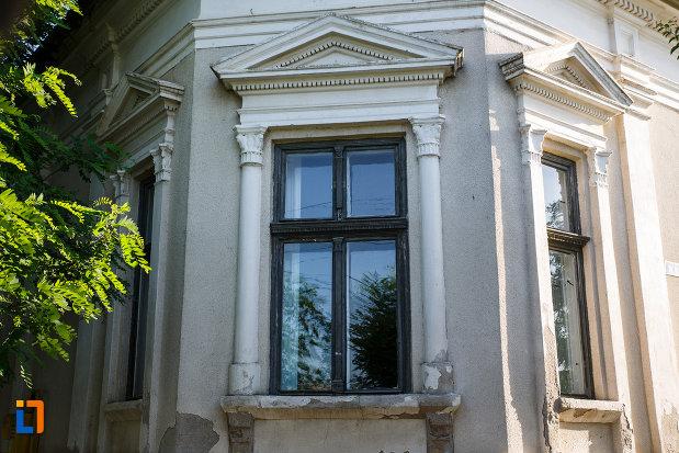fereastra-de-la-casa-memoriala-dr-karl-diel-din-jimbolia-judetul-timis.jpg