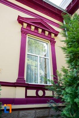 fereastra-de-la-casa-monument-istoric-din-dorohoi-judetul-botosani.jpg