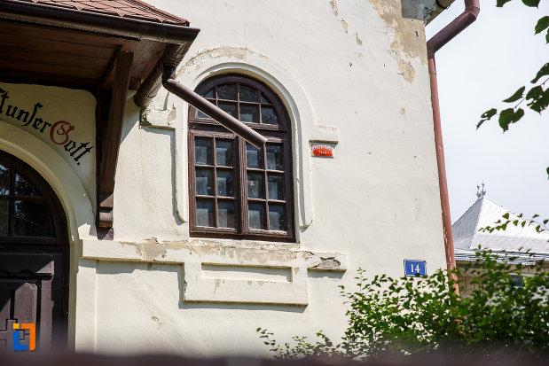 fereastra-de-la-casa-patu-biserica-din-suceava-judetul-suceava.jpg