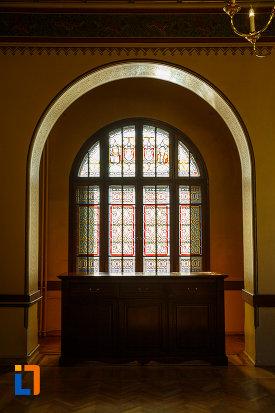 fereastra-de-la-castelul-cantacuzino-din-busteni-judetul-prahova.jpg