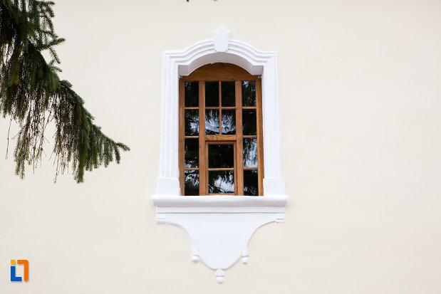 fereastra-de-la-catedrala-sf-gheorghe-din-caransebes-judetul-caras-severin.jpg