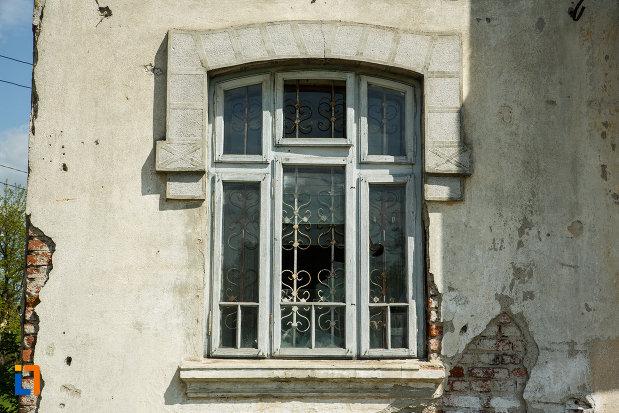fereastra-de-la-conacul-din-babeni-judetul-valcea.jpg