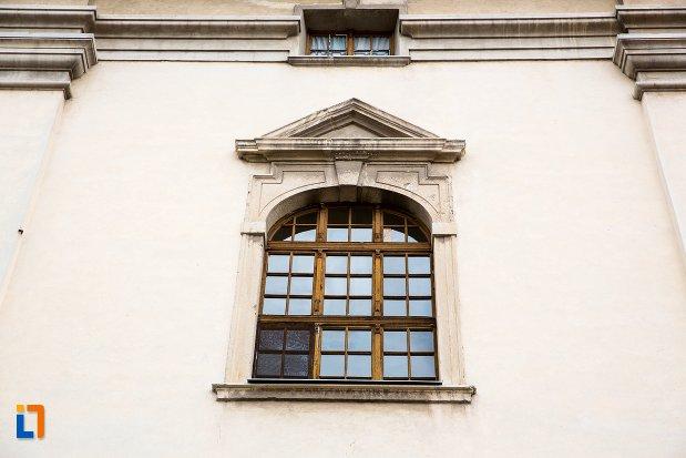 fereastra-de-la-fosta-manastire-a-trinitarienilor-azi-biblioteca-batthyaneum-din-alba-iulia-judetul-alba.jpg