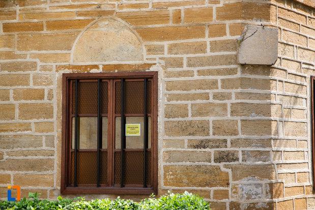 fereastra-de-la-mausoleul-lui-gazi-ali-pasa-din-babadag-judetul-tulcea.jpg