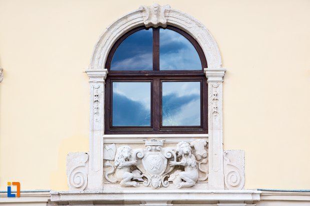 fereastra-de-la-palatul-apor-azi-universitatea-1-decembrie-rectorat-din-alba-iulia-judetul-arges.jpg