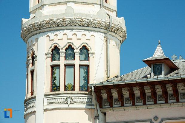 fereastra-de-la-palatul-comunal-din-buzau-judetul-buzau.jpg