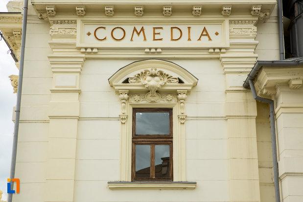fereastra-de-la-teatrul-national-din-caracal-judetul-olt.jpg
