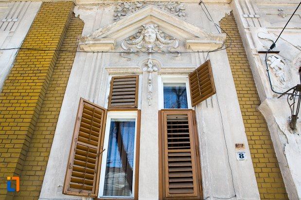 fereastra-din-ansamblul-urban-str-teilor-din-alba-iulia-judetul-alba-casa-de-la-nr-8.jpg