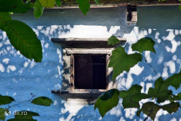 fereastra-din-lemn-muzeul-satului-osenesc-din-negresti-oas-judetul-satu-mare.jpg