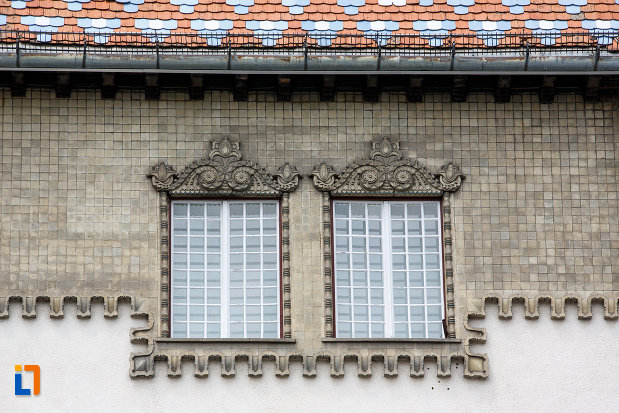 fereastra-dubla-de-la-palatul-culturii-filarmonica-biblioteca-si-muzeul-de-arta-din-targu-mures-judetul-mures.jpg