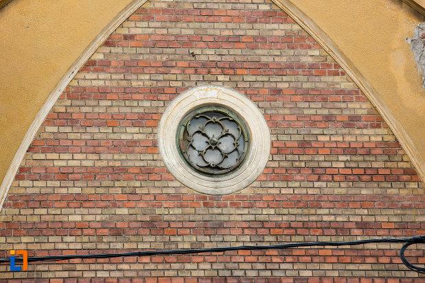 fereastra-rotunda.jpg
