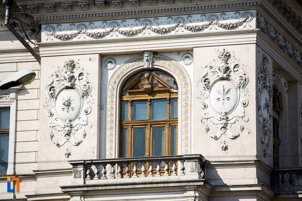 fereastra-si-balcon-palatul-neumann-din-arad-judetul-arad.jpg