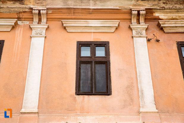fereastra-si-motive-decorative-de-la-casa-de-pe-str-1-decembrie-1918-nr-5-din-oravita-judetul-caras-severin.jpg