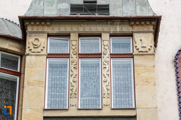 fereastra-tripla-de-la-palatul-culturii-filarmonica-biblioteca-si-muzeul-de-arta-din-targu-mures-judetul-mures.jpg