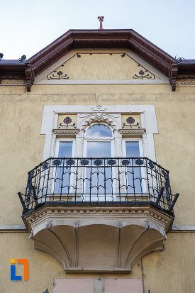 ferestre-cu-balcon-fosta-banca-agrara-azi-banca-comerciala-din-targu-mures-judetul-mures.jpg
